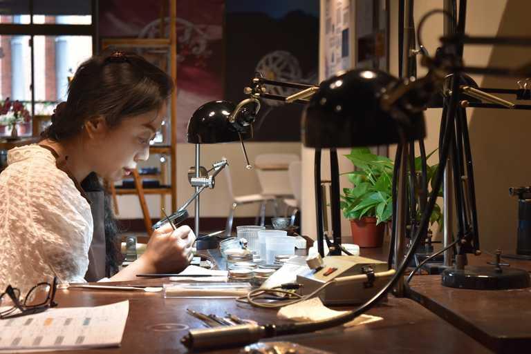 「Lijma光在金工」創辦人盧瑞芷,親自示範手作金工珠寶教學。(圖╱Lijma提供)