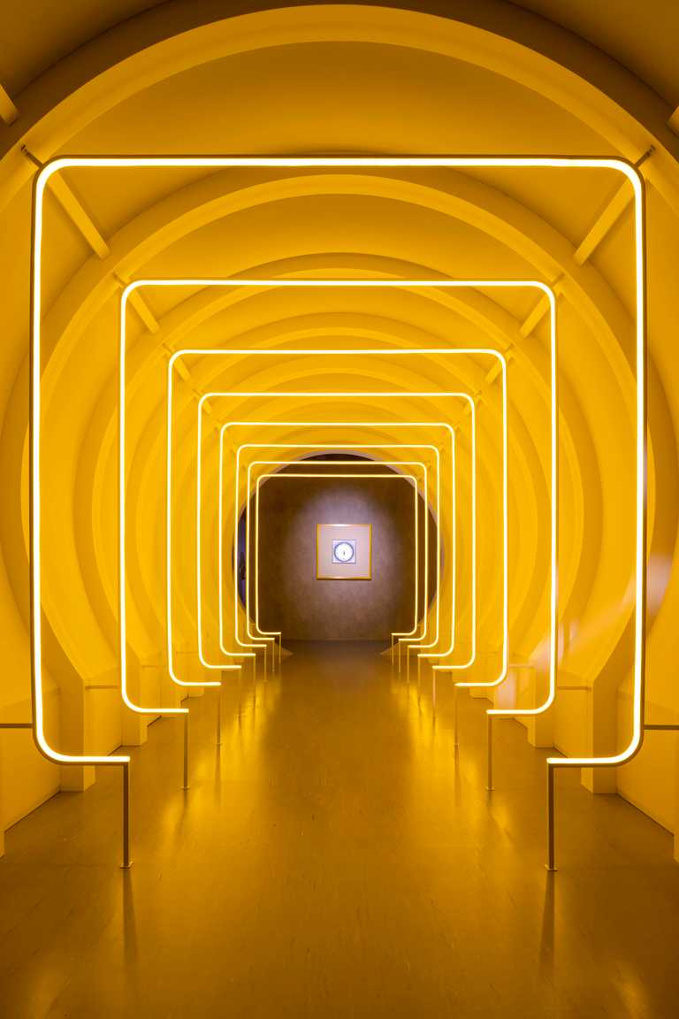 卡地亞《Pasha de Cartier探索自我》特展,「圓中帶方:夢想成功」金黃色隧道。(圖╱CARTIER提供)