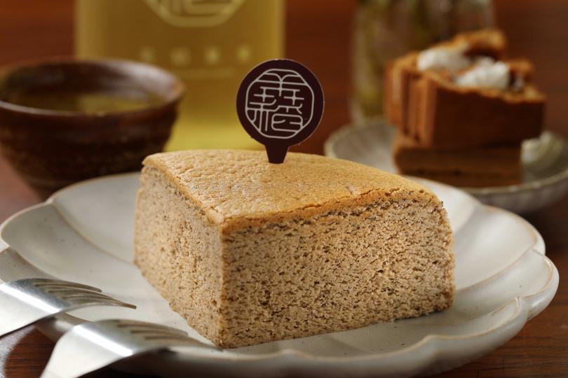 「蜜香紅茶舒芙蕾乳酪蛋糕」使用花蓮舞鶴的蜜香紅茶製作,吃得到自然的蜜香清甜。(120元/片)