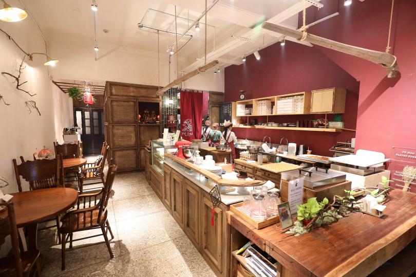 利用老宅改裝「芙稻菓室Fú Dàu Pastry Studio」,客人可在開放式廚房欣賞甜點的製作過程。