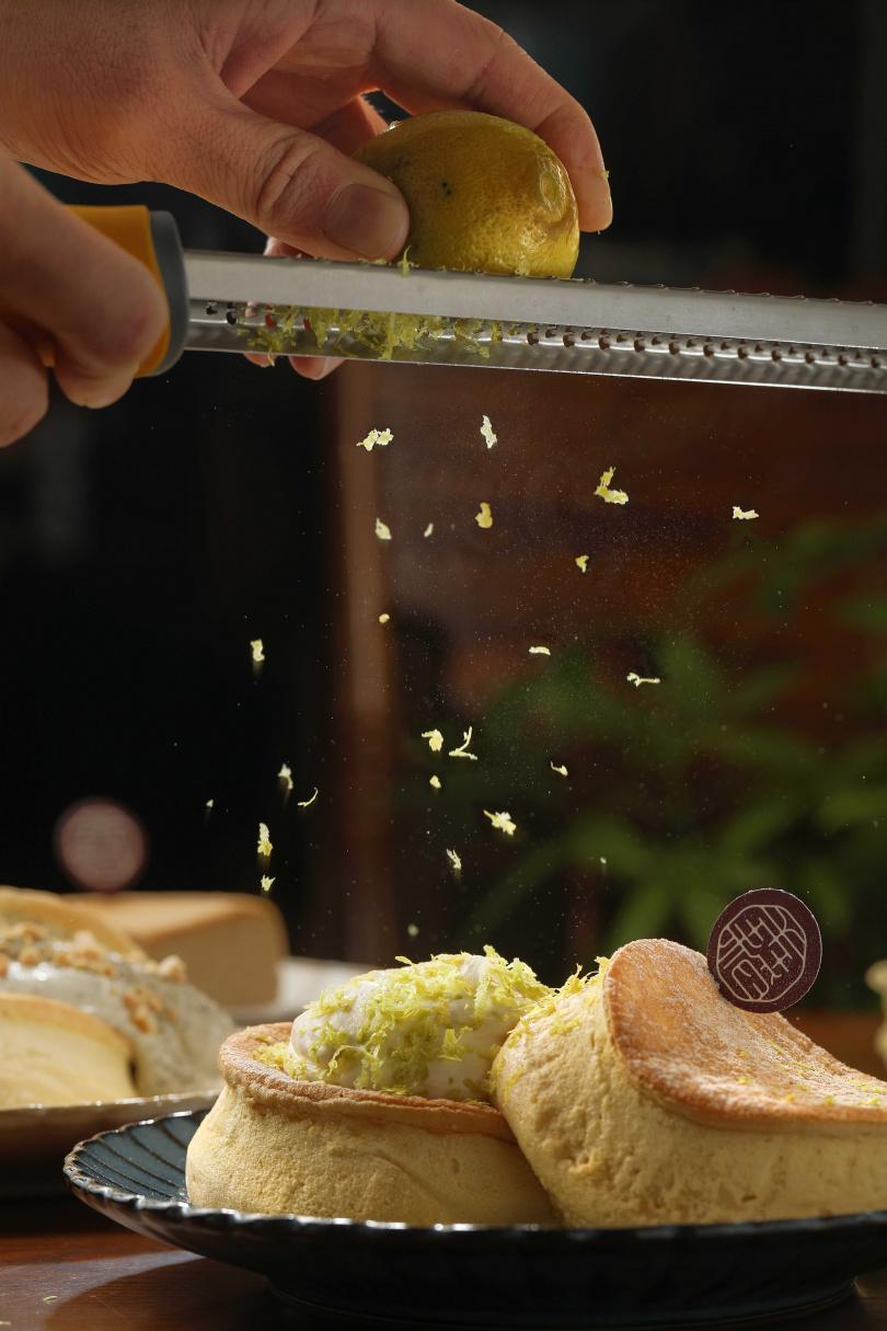 「池上香米舒芙蕾鬆餅」米香味十足,現刨的檸檬皮絲有畫龍點睛之效。(320元)