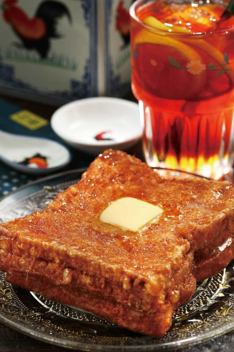 外酥內嫩的「花生醬西多士」,上桌前得淋上煉乳與最具港味的金獅糖漿,內裡還能嘗到帶顆粒的花生醬。(九○元)(圖/于魯光攝)