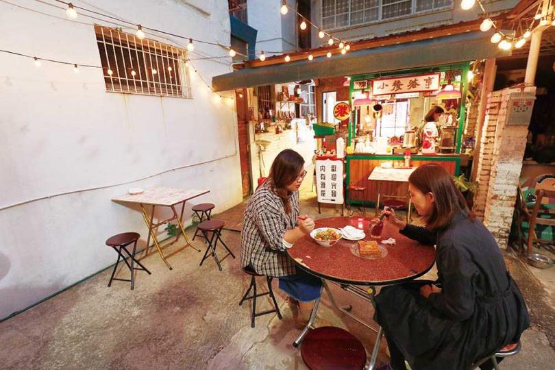 「小餐港事」的戶外庭院有香港街頭風情,室內用餐區則以老物件帶出復古味。(圖/于魯光攝)