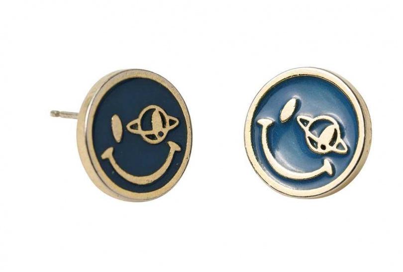 BEAMS耳環價格店洽這款耳環以藍色為底,配上笑臉圖案,讓蔡黃汝覺得很討喜而入手。