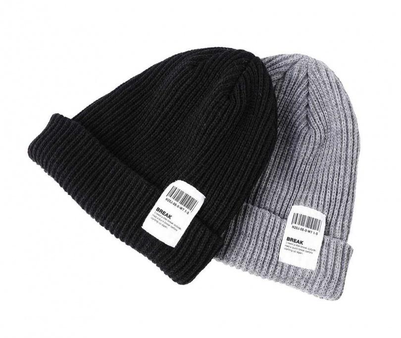 毛線帽/各約700元(網購入手)蔡黃汝很喜歡戴帽子,因為她能自己打理化妝及穿搭,唯獨髮型不行,所以「懶人快速造型」就靠帽子。