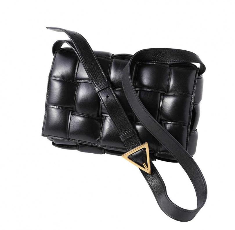 BOTTEGA VENETA枕頭包/77,000元,優點是容量大又很百搭,位列蔡黃汝愛包之一。