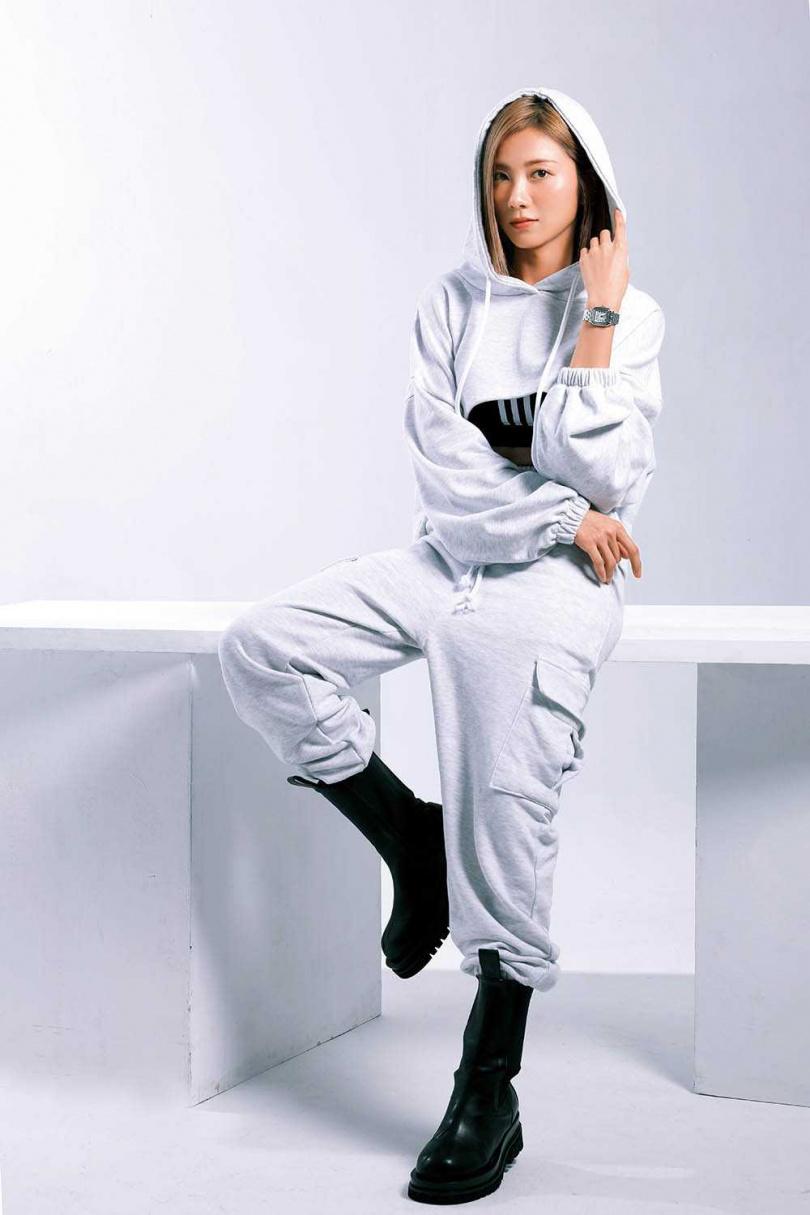 凸顯腰身的運動服,是蔡黃汝的私服,在台北東區逛街時購入,整套約4,000元。