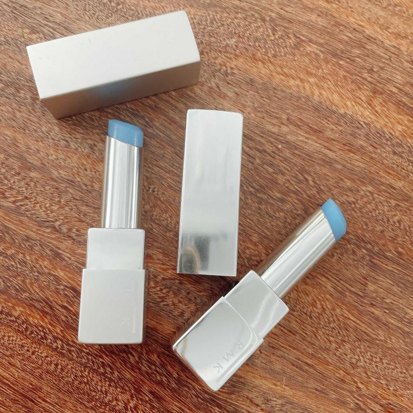 左為霧面護唇膏,右邊是水潤護唇膏。RMK 水潤護唇膏和霧面護唇膏各990元。(圖/黃筱婷攝影)