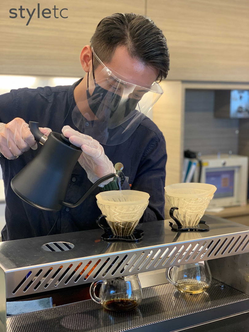 列車上提供揀選冠軍咖啡豆的手沖咖啡,一杯要價800元。(圖/官其蓁攝)