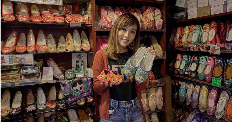 「先達繡花鞋」第三代繼承人王嘉琳融合現代思維,以新式鞋型乘載傳統刺繡打造繡花鞋。