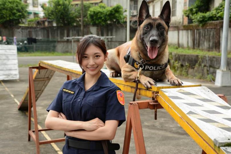 祈錦鈅電力超強,連一同合照的緝毒爆破犬警官「小淘」都想一親芳澤。(圖/固力狗提供)