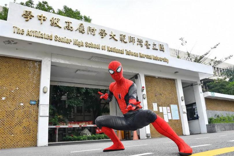 蜘蛛人是全世界最有名的高中生,也特別到指考現場為學生加油。(圖/索尼影業提供)
