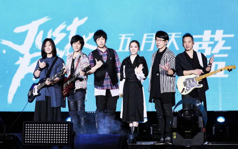 鄧紫棋(中)二度擔任五月天演唱會當嘉賓。(圖/相信音樂提供)