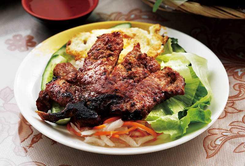 堅持現點現烤的「烤排骨飯」醃製入味,愈嚼愈香。(100元)(圖/于魯光)