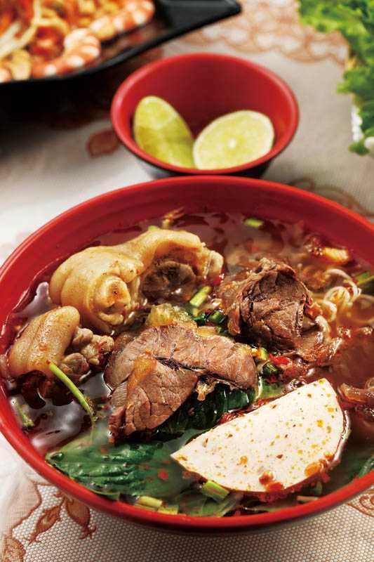 店裡的招牌料理「順化牛肉米線」,碗內鋪滿好料,誠意十足。(150元)(圖/于魯光)