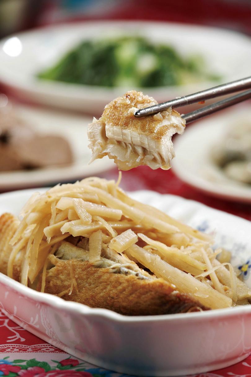 「酸筍虱目魚」是獨特的台式吃法,酸中帶甘的爽脆酸筍,為虱目魚增添豐富口感。(時價)(圖/于魯光攝)