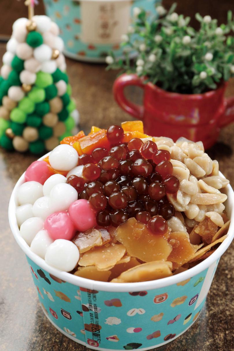「紅心甜品」的招牌「黑糖雪片冰」,口感兼具香醇與清爽。(搭配4種配料,65元/碗)(圖/于魯光攝)