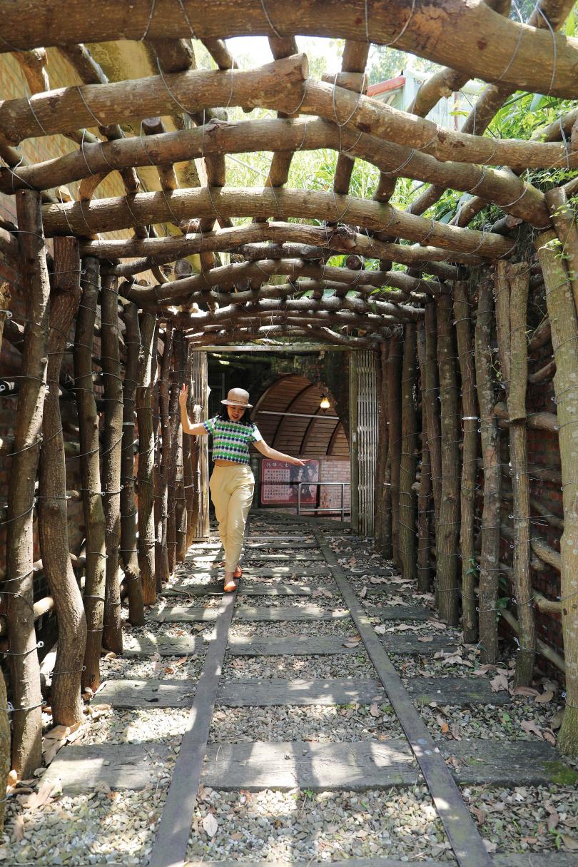 原木搭成的拱型隧道,引領遊人進入「和興炭坑」,感受早年的礦工生活。(圖/于魯光攝)