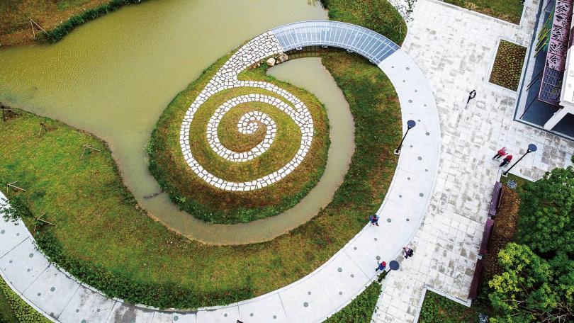 埤塘中的小山丘,步道設計成螺旋狀,非常可愛。(圖/焦正德攝)