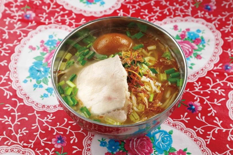 「台灣媳婦切仔麵」的全套「切仔麵」,含白切肉及滷鴨蛋,吃起來有媽媽的味道。(70元/碗)(圖/于魯光攝)