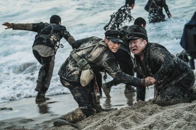 珉豪在《長沙里:被遺忘的英雄們》上山下海,不慎受傷也不喊苦。(車庫娛樂提供)