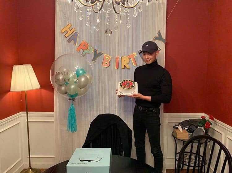 去年12月珉豪迎來29歲生日,朋友趁他休假提前一個月幫他慶生。(翻攝自djdiary0420 IG)