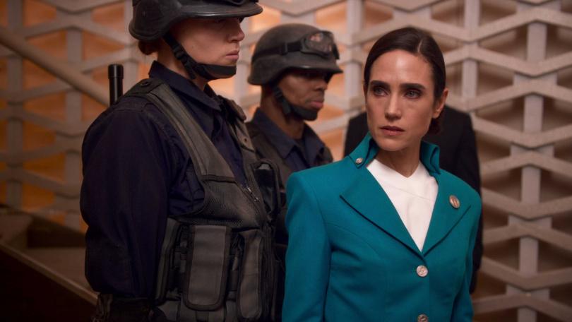 奧斯卡女星珍妮佛康納莉在《末日列車》飾演列車首腦的代言人兼廣播員瑪蘭妮,掌控全車人的生殺大權,將冷酷的蛇蠍心機個性表演得淋漓盡致。(圖/Netflix提供)