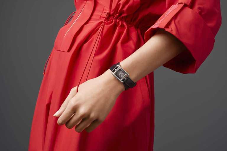 HERMÈS「Cape Cod Martelée 金工鍛打腕錶」,精鋼錶殼,錶徑23mm╱價格店洽。(圖╱HERMÈS提供)