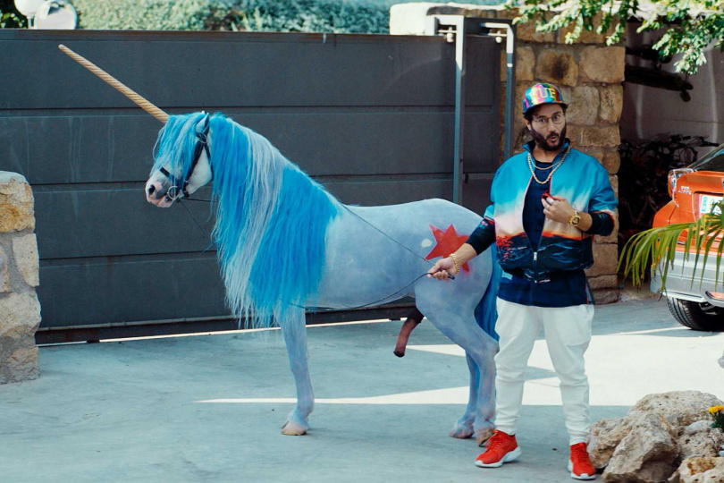 卡洛斯桑托斯在片中牽出偽裝成獨角獸的馬,不小心露出「巨無霸馬鞭」。