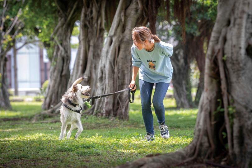 看著波波開心在草地上散步,大霈表情盡是寵愛,她希望波波未來能陪她長長久久。(圖/林勝發攝)