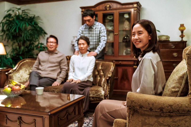 《詭妹》在韓國院線上映近800影廳,成為疫情趨緩後發行規模最大的電影;宋智孝在片中的笑容令人不寒而慄。(圖/車庫娛樂提供)