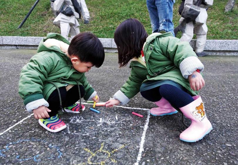 孩子們在「朱銘美術館」戶外園區規劃的地面方框作畫,玩得不亦樂乎。(圖/朱銘美術館提供)