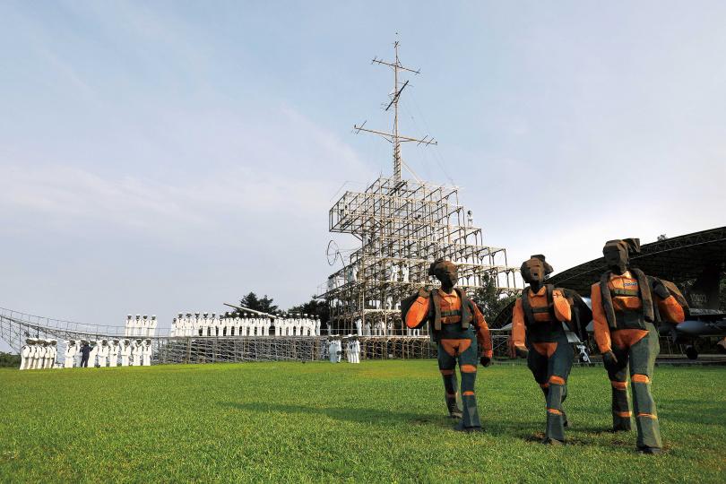 「朱銘美術館」戶外園區是全台最大的戶外美術館,圖為雕塑作品《人間系列──三軍》。(攝影/于魯光)