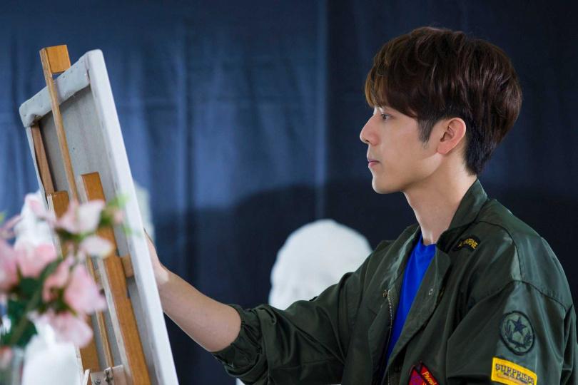 胡宇威在劇中演出畫家, 原本就有繪畫底子的他特地在拍攝前去學畫畫來找回手感。(圖/中天娛樂台提供)
