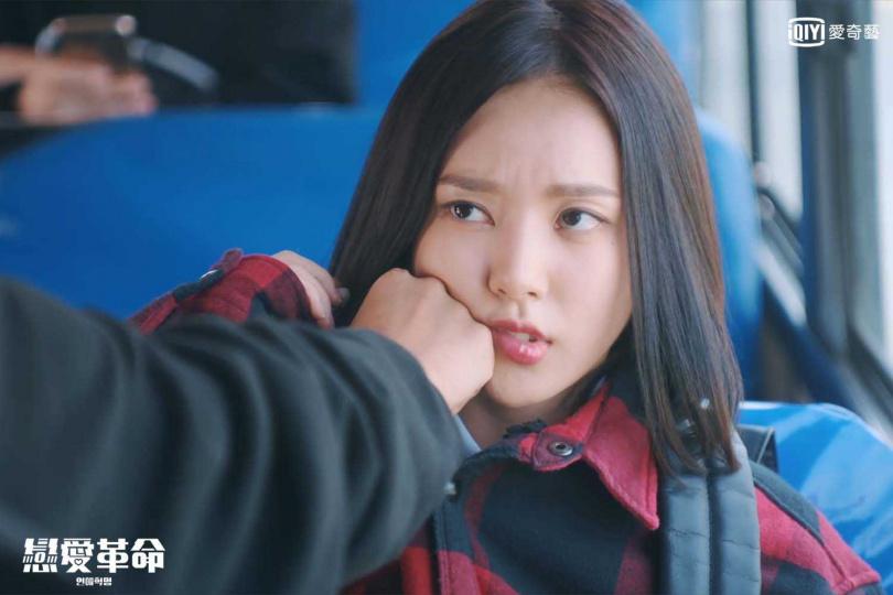 朴志訓在公車上站不穩,拳頭硬生生打在李樓妃臉頰。(圖/愛奇藝台灣站提供)