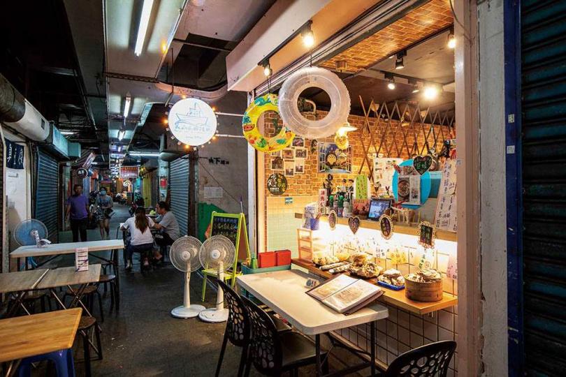 主打新鮮海鮮料理的「美山貳拾陸號」,簡單搭起桌椅像極了大排檔。