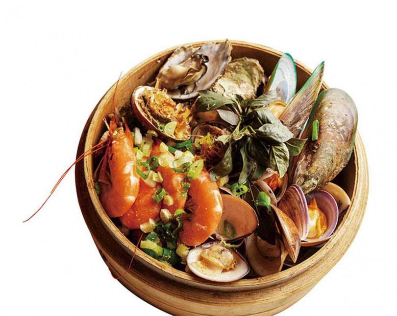 蒸籠裡層層魚蝦貝類的「招牌海景蒸籠」,是店內招牌菜之一。(350元)