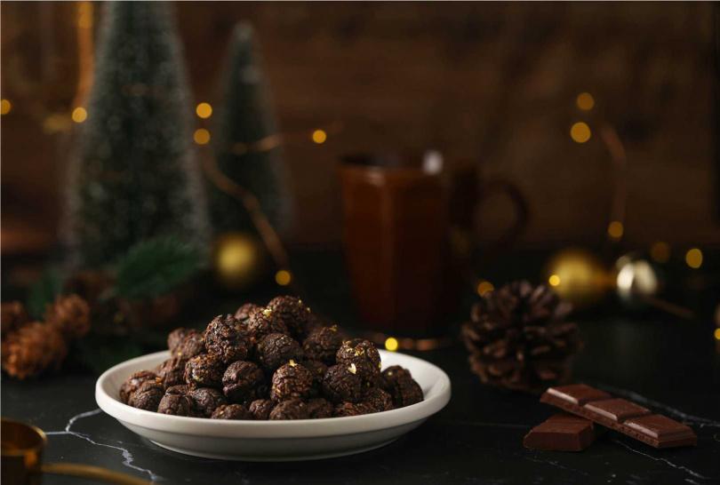 將於12月4日上市的「極奢金箔巧克力爆米花」,以日本食用細雪金箔搭配口感絲滑的巧克力。(Magi Planet星球工坊提供)