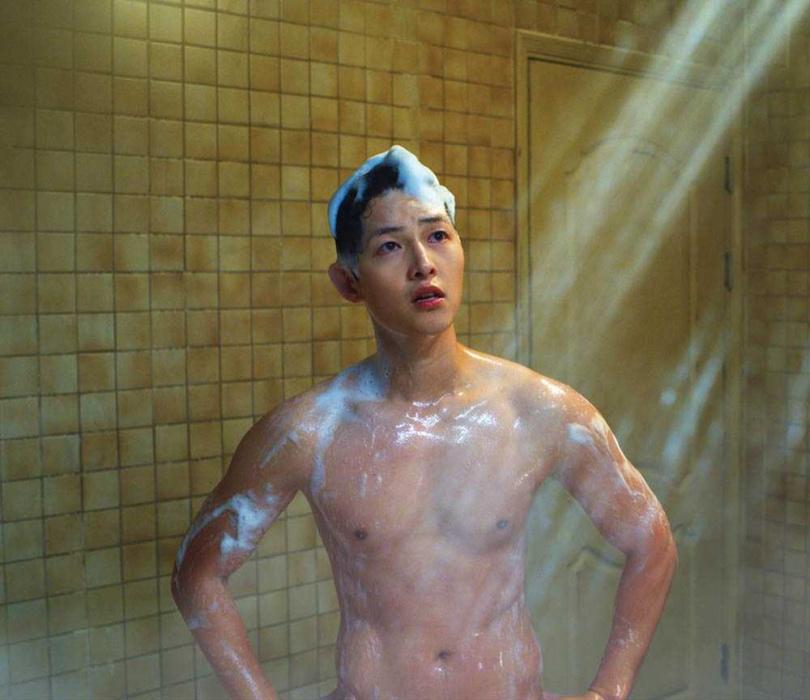 導演不忘造福女性觀眾,一場宋仲基的洗澡戲讓粉絲直呼養眼。(圖/Netflix提供)