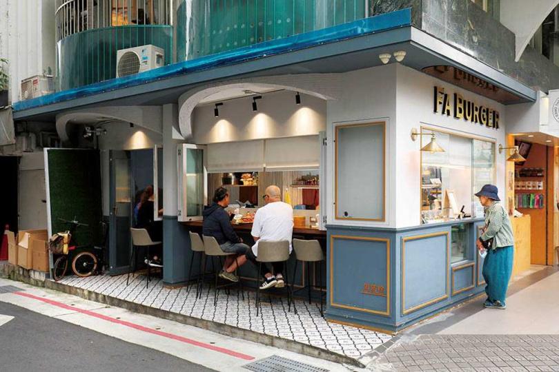 Fa Burger」的店面小巧,坐在吧檯的位子可以欣賞老闆製作漢堡過程。(圖/于魯光攝)