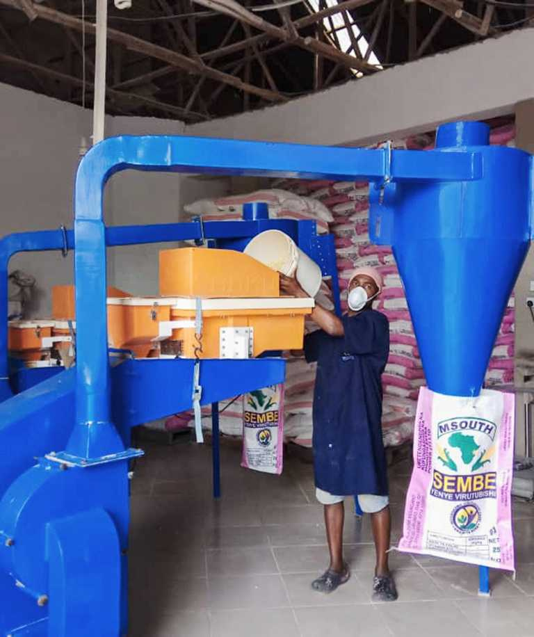 菲力克斯.布魯克斯邱契為農村麵粉廠配備「營養增量機」(Dosifier),透過在主食中添加關鍵的微量營養素,以此解決坦尚尼亞的營養不良問題。(圖╱ROLEX提供)