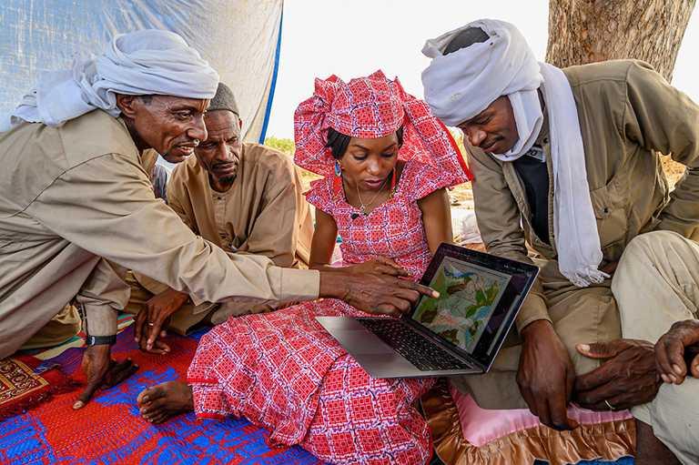 軒杜.奧馬魯.伊布拉欣利用原住民的傳統知識繪製自然資源地圖,並防止沙赫爾區因氣候變化發生衝突。(圖╱ROLEX提供)
