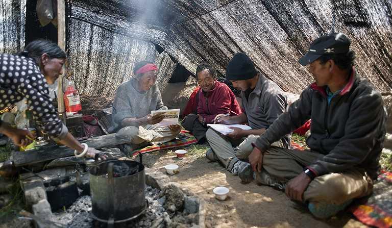仁澤.普布.拉馬於尼泊爾跨喜馬拉雅地區,推動當地民眾參與保護全球瀕危哺乳動物的家園,維繫豐富多樣的生態系統。(圖╱ROLEX提供)