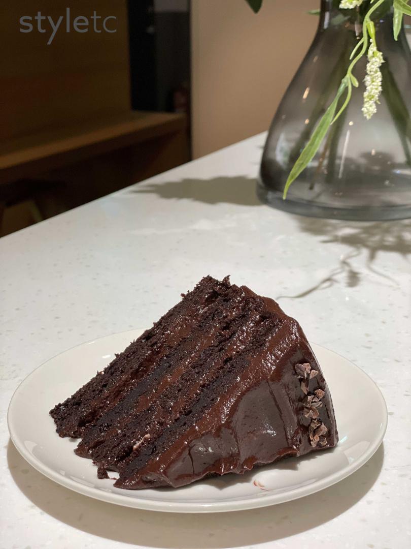 特製的「橄欖油巧克力蛋糕」是正值減醣降脂期的人好選擇。(180元)(圖/品牌提供)
