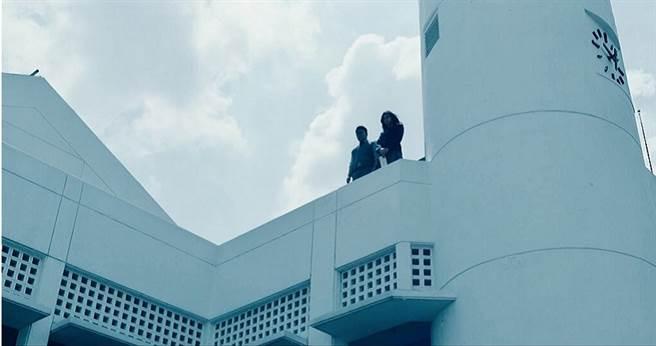 男高生幻聽到「鬼陰聲」無意識地獨自爬上學校頂樓。(圖/威視提供)