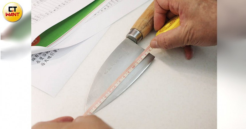 學員對徐孟楷用的短刀具很好奇,還拿尺去量。(攝影/馬景平)