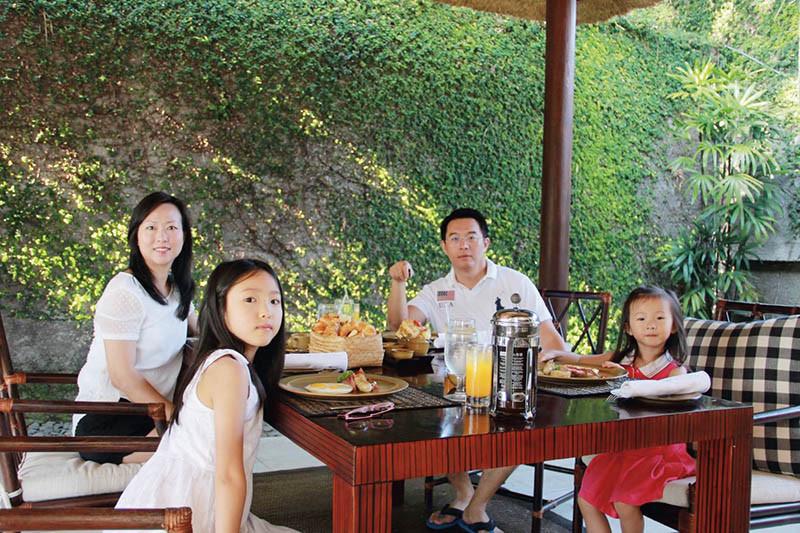 帶妻兒到峇里島吃美食學烹飪,整桌菜是和一位峇里島大飯店主廚學的料理。(圖/徐孟楷提供)