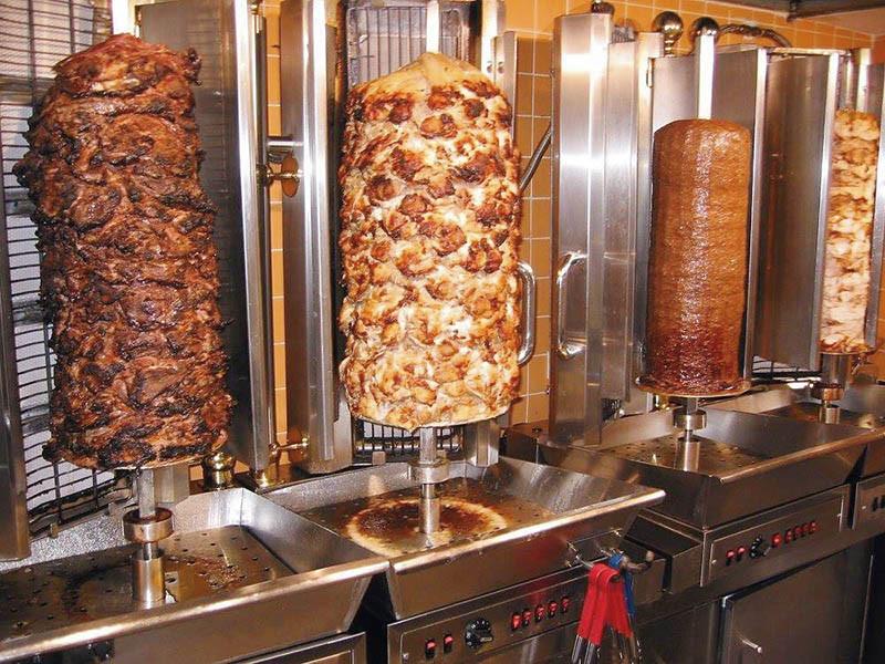 旋轉烤肉有羊肉、雞肉、牛肉不同口味,如何醃、串、烤?徐孟楷特別拜土耳其老師學得這門技藝。(圖/徐孟楷提供)