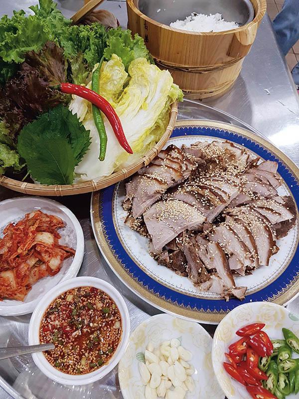 韓式滷豬腳的生菜包滷蹄膀吃法,是吃豬腳的新概念。(圖/Yamicook提供)