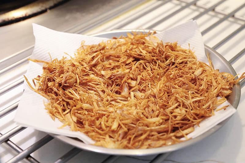 紅蔥酥是台灣小吃的靈魂,炸出最佳的熟度、脆度和香氣。(攝影/馬景平)